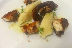 Polpo scottato su purea di patate estiva al timo e limone