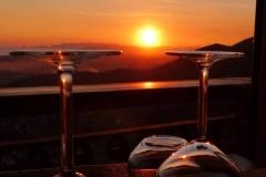 Calice di vino e vista panoramica al tramonto