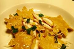 Raviolo fatto a mano con farina di castagne ripieno di funghi con parmigiano 24 mesi olio nuovo e cruditè di funghi
