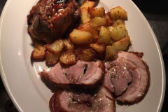 Stinco di maiale e maialino al forno con patate arrosto