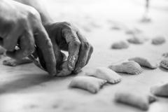 la-cuoca-prepara-la-pasta-fresca-del-ristorante-bernardone