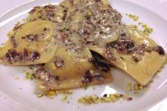 farro-ravioli-racchio-crema-pistacchi-granella-ristorante-dragonara-aperitiviecene
