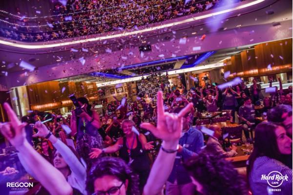 party-gente-ballare-stelle-filanti-hardrockcafe-firenze