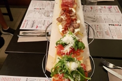 bruschette-miste-tagliere-tavolino-cena-compagnia-la-tentazione-food-and-wine-aperitiviecene
