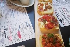 bruschette-tagliere-tavolo-la-tentazione-food-and-wine-aperitiviecene