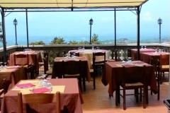 I tavoli sulla terrazza dell'Osteria del Mandorlo a Calvi