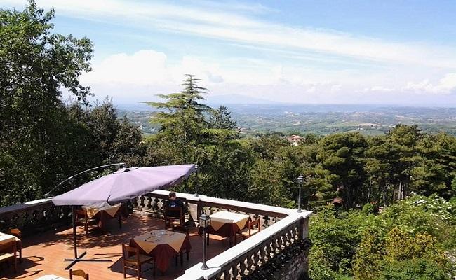 La terrazza panoramica dell'Osteria del Mandorlo