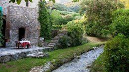tavolo-sulla.riva-del-ruscello-al-ristorante-Bernardone-a-Camaiore