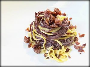 Tagliolini-classici-e-al-cacao-cacio-e-pepe-con-granella-di-salsiccia-tostata