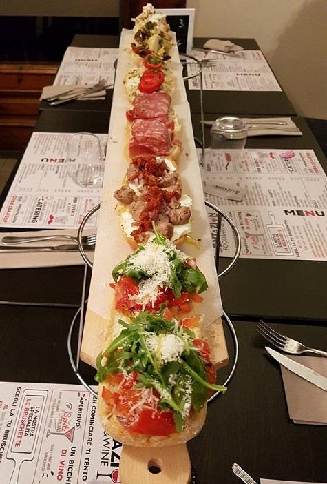bruschette-miste-tagliere-tavola-cena-compagnia-la-tentazione-food-and-wine-aperitiviecene