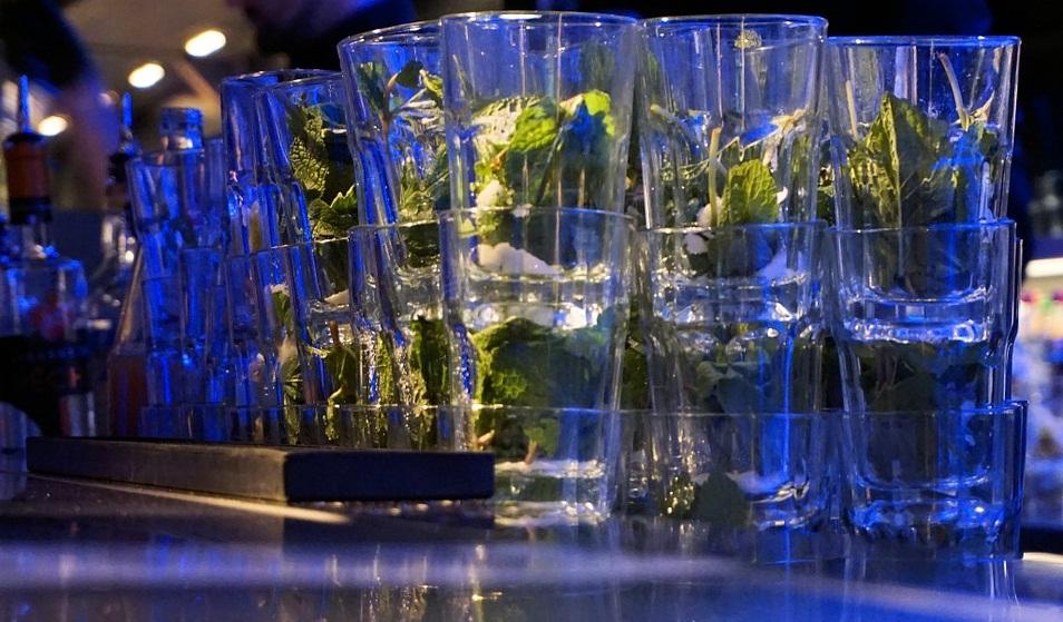 mojito-preparazione-bancone-bar-aperitiviecene