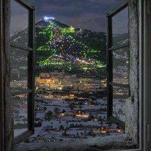 albero-di-natale-gubbio-finestra-panorama