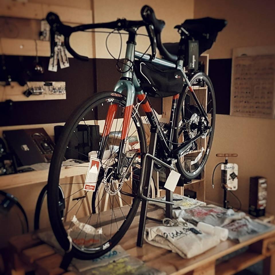 bicicletta-sul-tavolo-le-ravito-bologna
