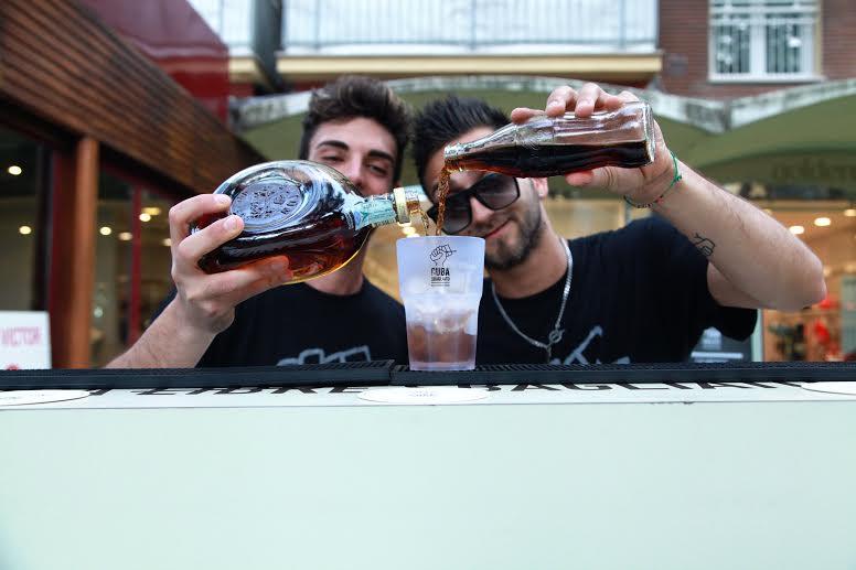 Ragazzi che preparano cocktails