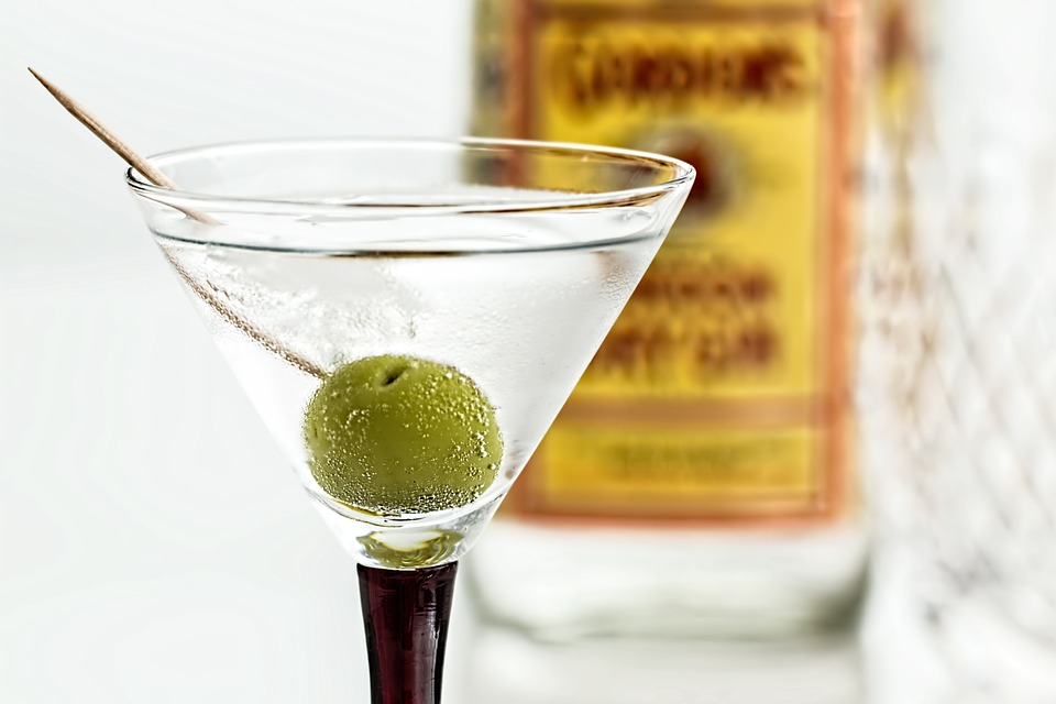 cocktail-martini-bicchiere-oliva-gin