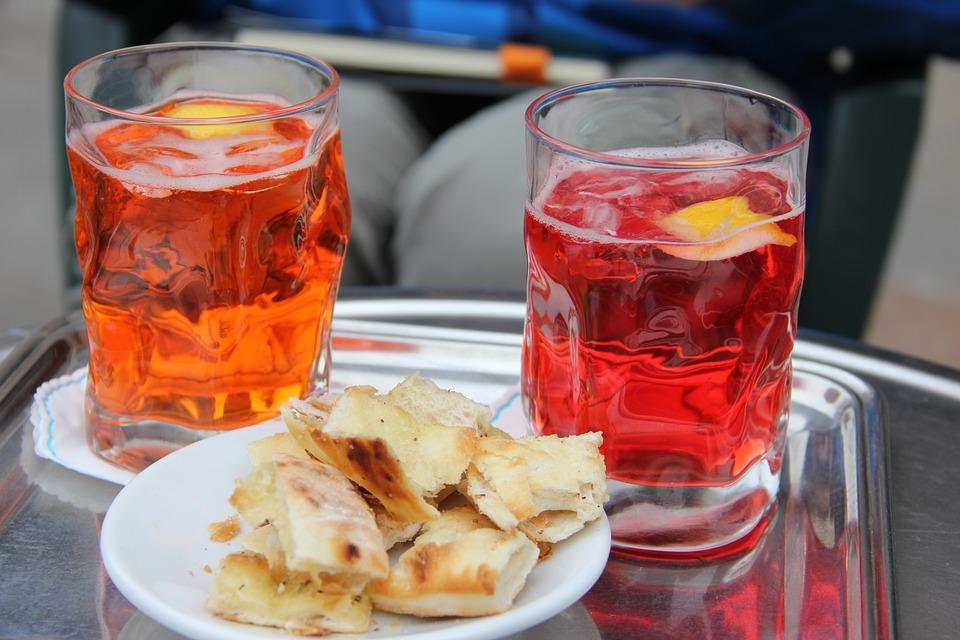 negroni-cocktail-aperitivo-focaccine-tavolo