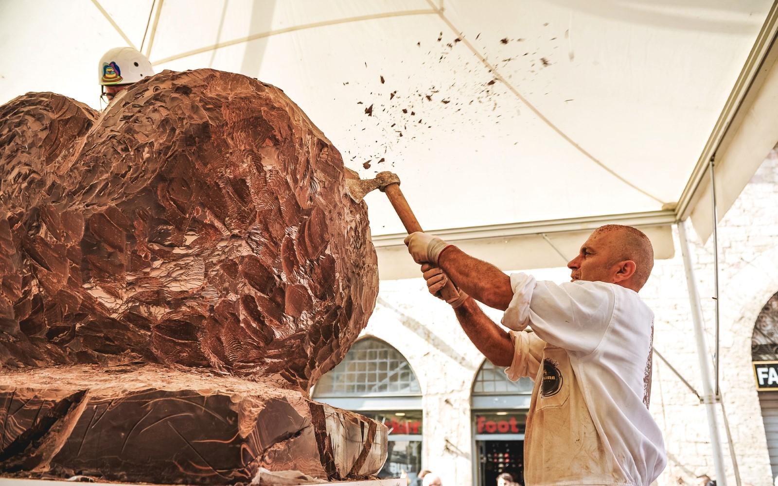scultori-di-cioccolato-all-opera-eurochocolate-perugia